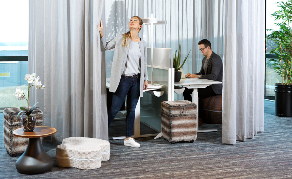 Curtains offer an opportunity to quickly create rooms in rooms. Here with an effective solution for opening and closing.